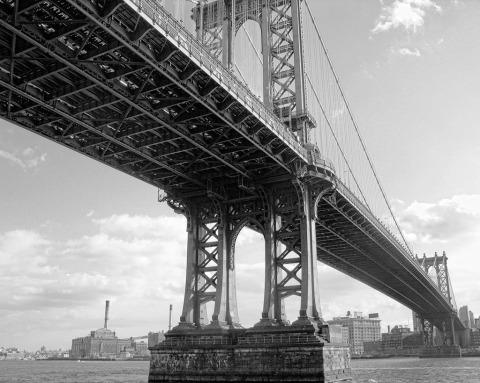 Manhattan-Bridge-brooklyn-east-River-NYC-New-York-City-black-and-white
