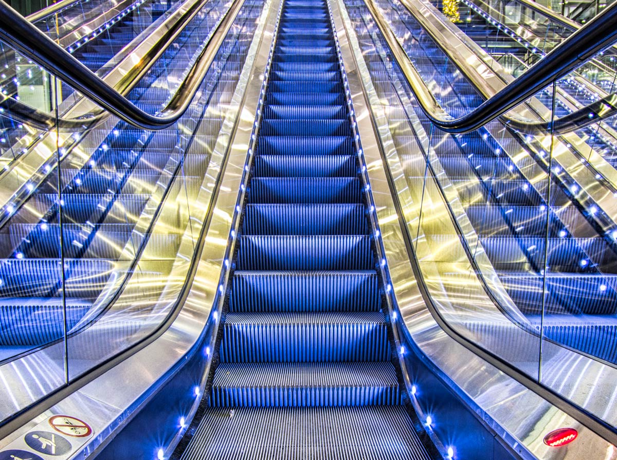 leading-lines-composition-example-architecture-escalator-stairs